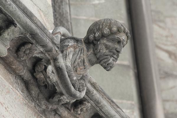Et fortvilt steinansikt kikker ut over Marinen fra veggen på Nidarosdomen